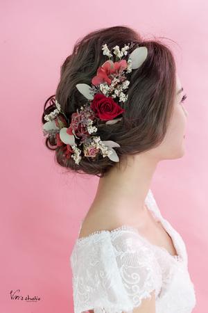 鬆軟蓬鬆低盤髮和不凋乾燥花的夢幻組合