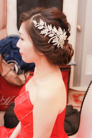 露出光潔的額頭,成為清爽靚麗的新娘