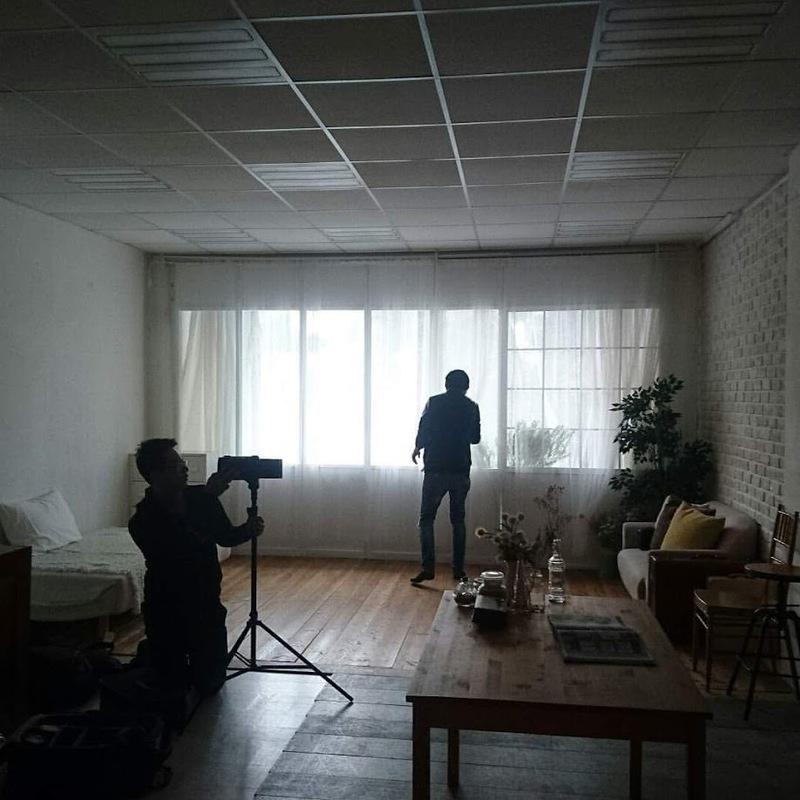 當天手機拍攝的棚內畫面 ,那個高瘦靠窗的背影就是攝影師小武,另一位為當天負責打光的打光師阿量XDD