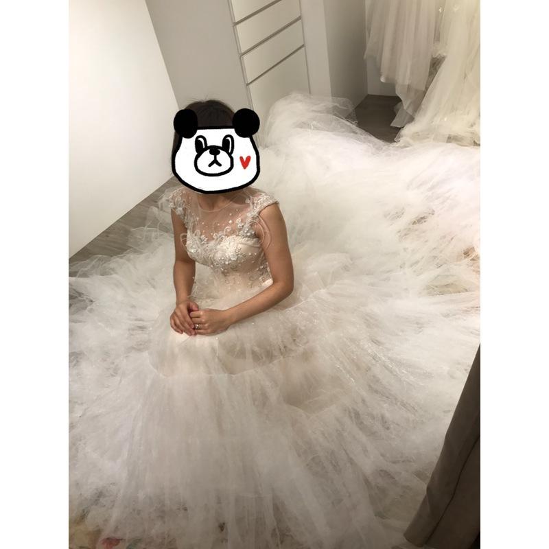 圖五:這件是我非常喜愛的一件澎澎裙,他的白紗非常浪漫,坐下來拍超厲害的,像坐在雲裡面一樣。