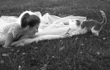 Beautiful bride and kitten in park