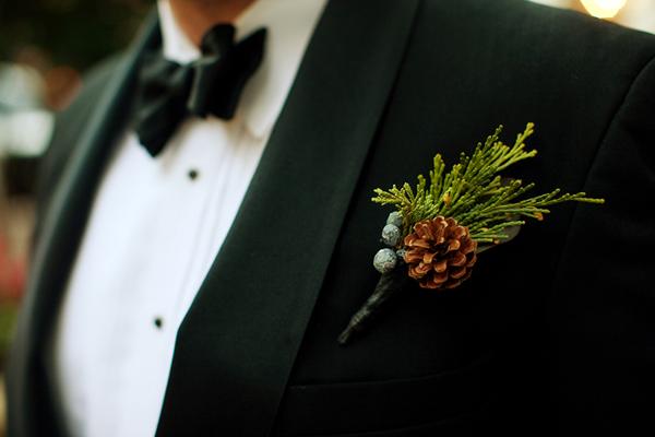 southern wedding pinecone boutonniere 1 森林中的溫柔姿態,秋冬婚禮專屬的「特色松果捧花」